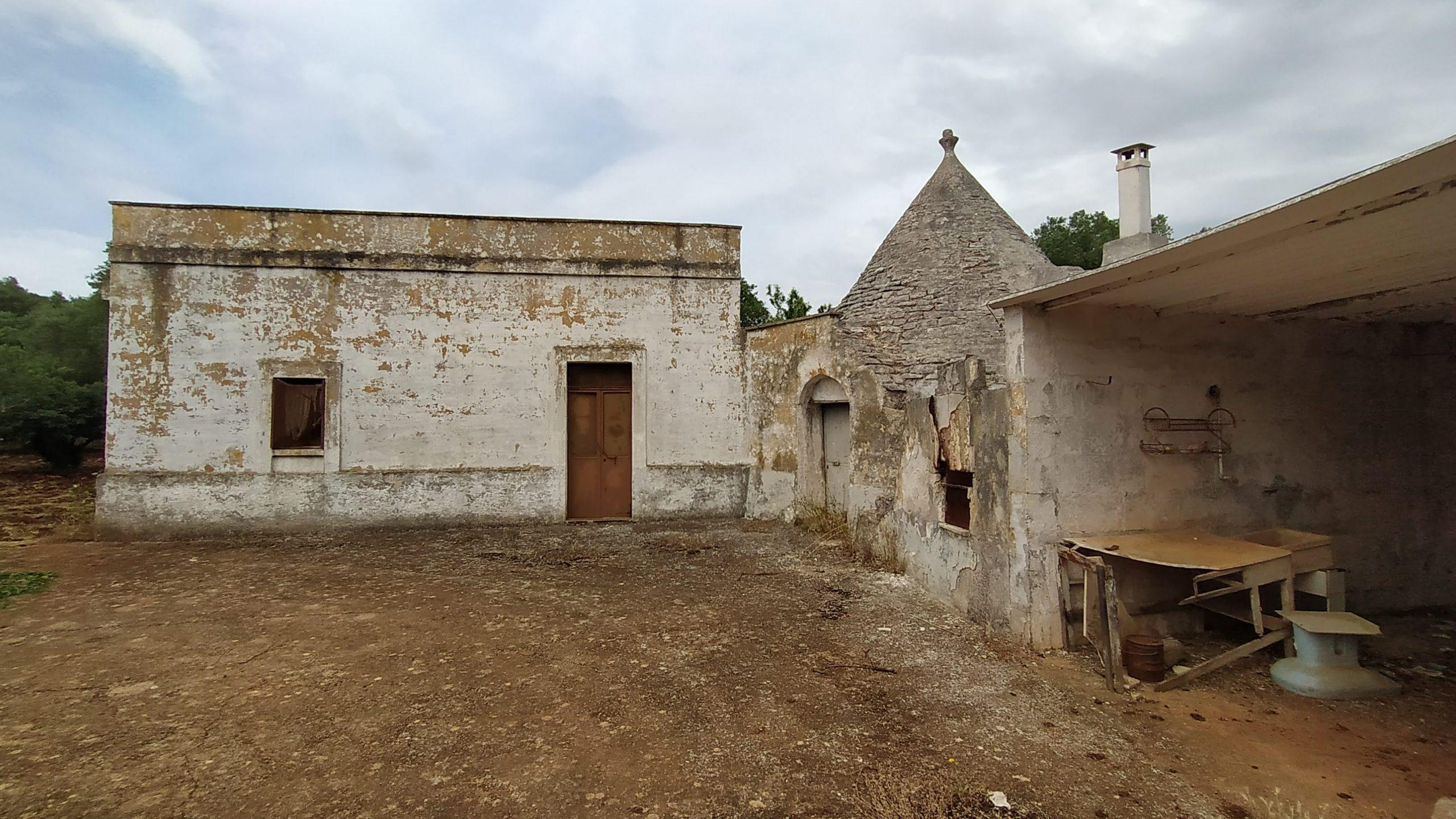 Trullo e casale rustici con terreno edificabile