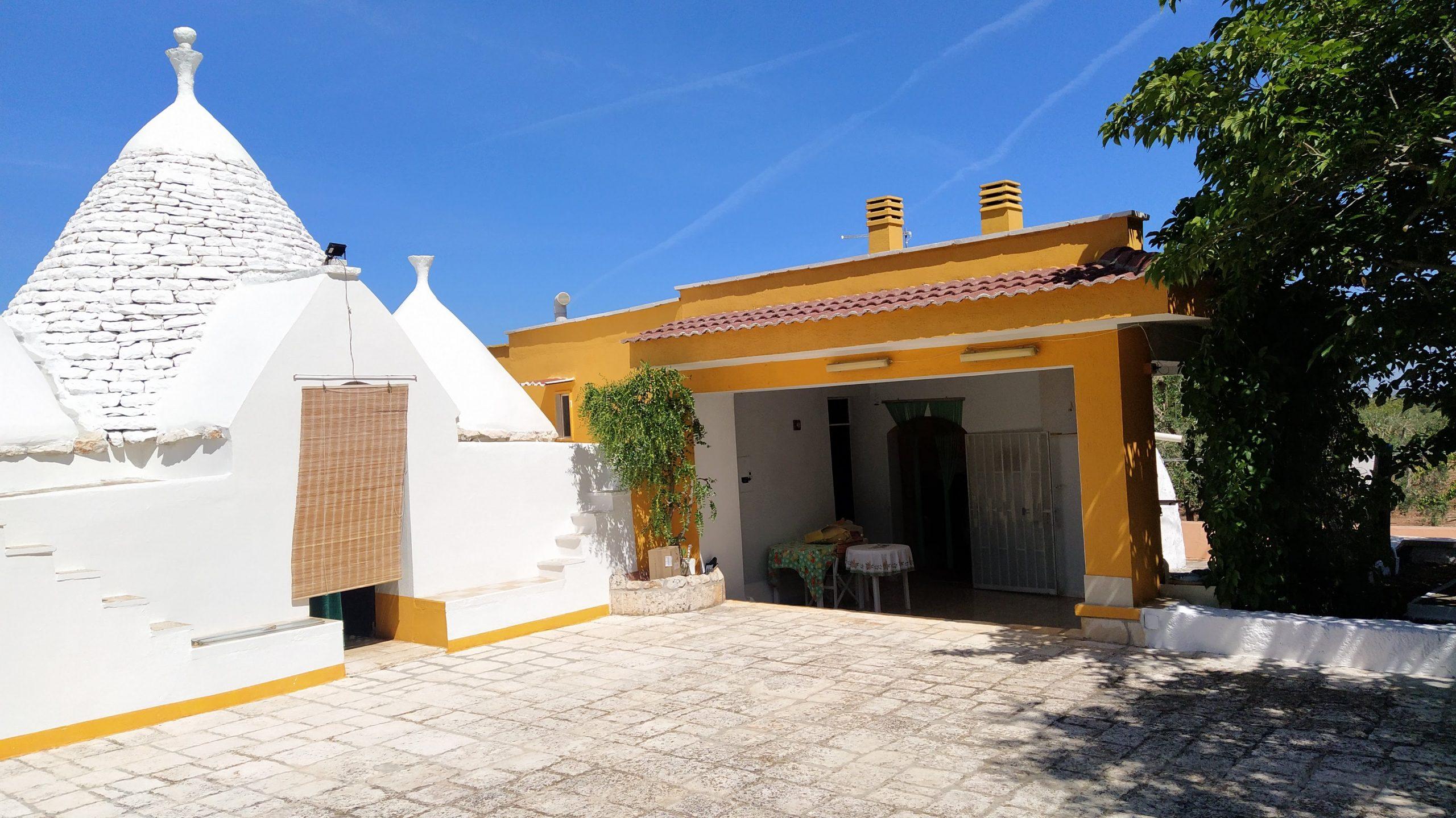 Trulli e lamie abitabili in zona residenziale